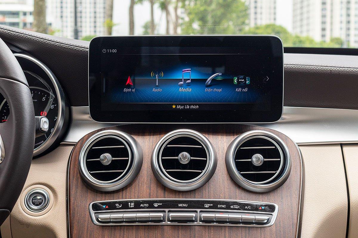 Đánh giá xe Mercedes-Benz C200 Exclusive 2019: Màn hình giải trí 10,25 inch.
