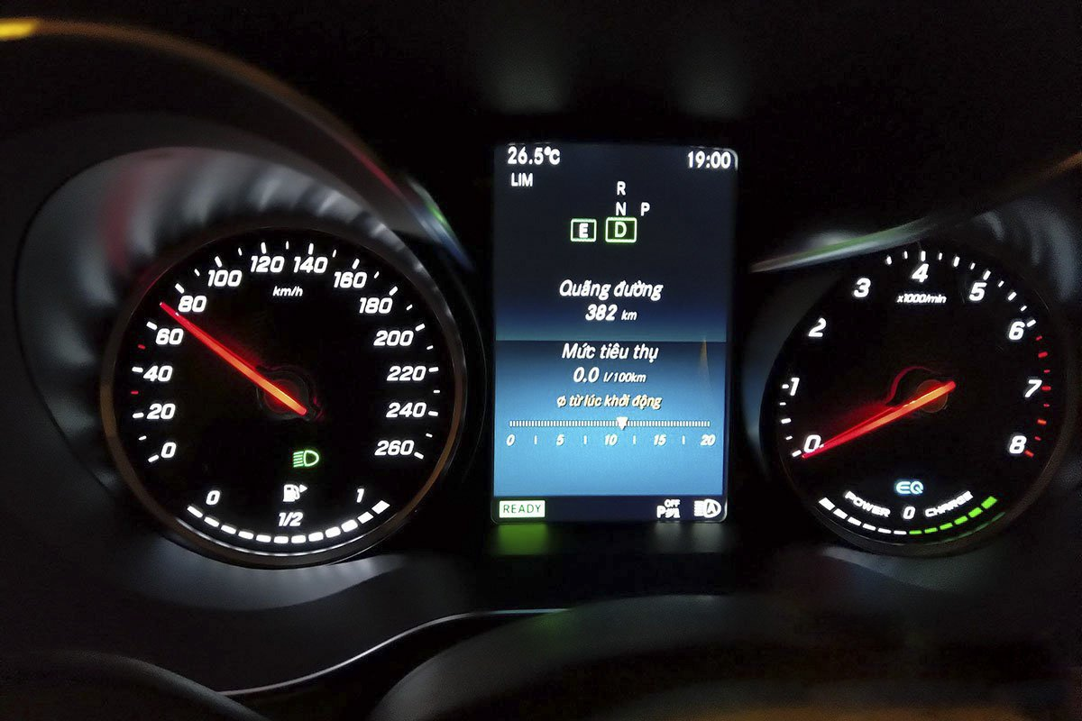 Đánh giá xe Mercedes-Benz C200 Exclusive 2019: Hệ thống EQ Boost sẽ giúp ngắt động cơ khi người lái bỏ chân ga ở tốc độ trên 60 km/h.