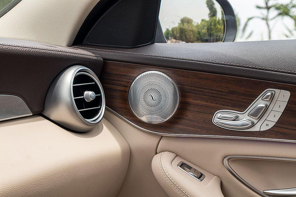 Đánh giá xe Mercedes-Benz C200 Exclusive 2019: Hệ thống loa Burmester 13 loa.