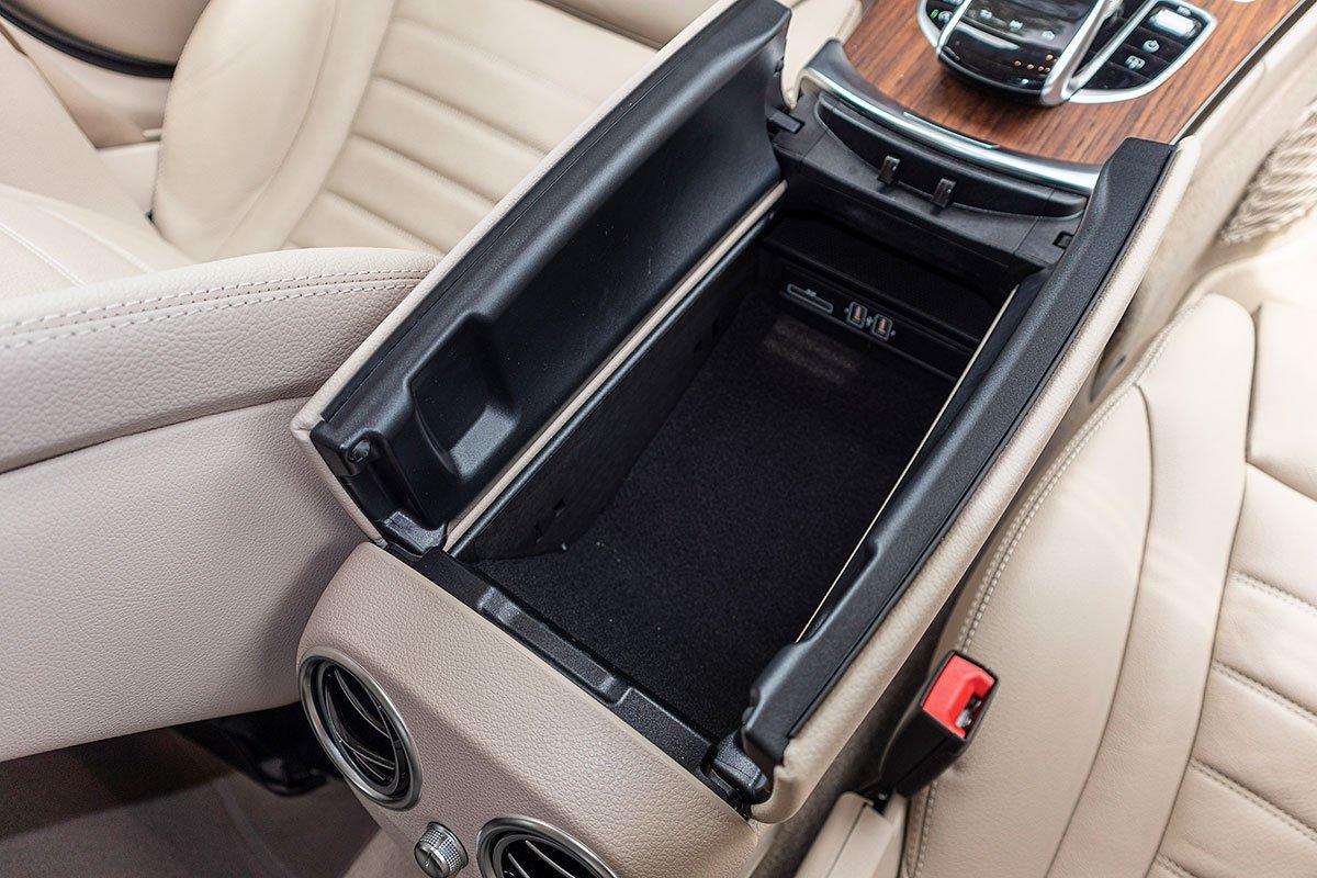 Đánh giá xe Mercedes-Benz C200 Exclusive 2019: Cổng sạc USB trong bệ tỳ tay trung tâm.