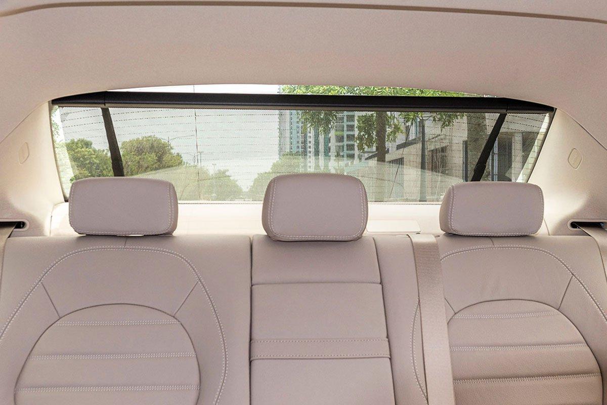 Đánh giá xe Mercedes-Benz C200 Exclusive 2019: Rèm che nắng kính sau chỉnh điện.