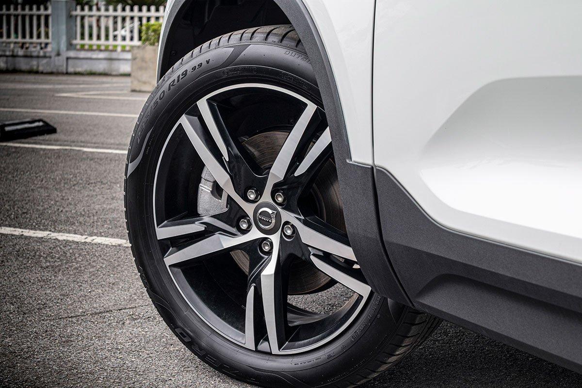 La-zăng hợp kim 19 inch tiêu chuẩn trên Volvo XC40 2019.