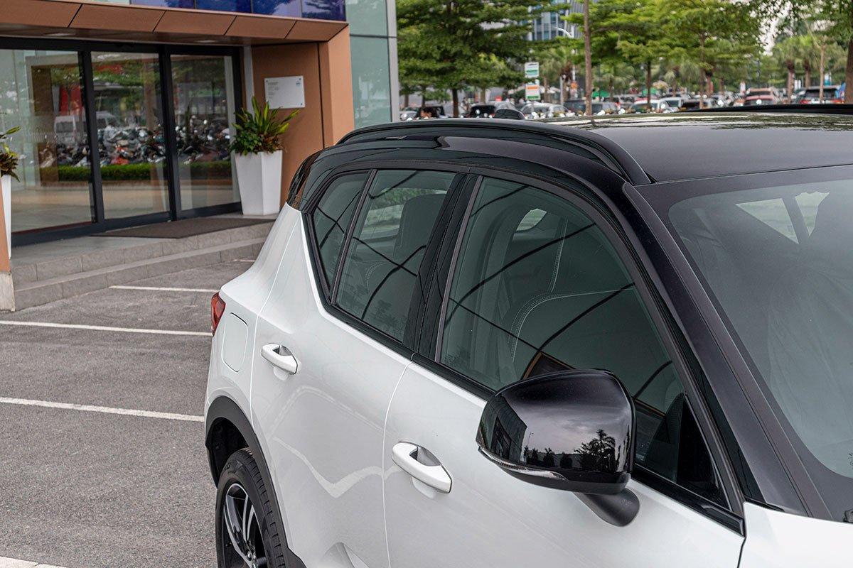 Trần xe Volvo XC40 được sơn đen bóng tương phản với màu sơn thân xe.