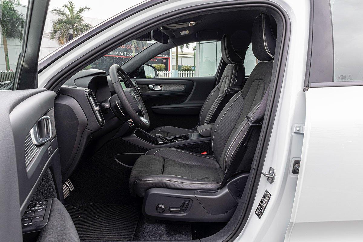 Hàng ghế trước của Volvo XC40 2019 được chỉnh điện, ghế lái nhớ 2 vị trí.