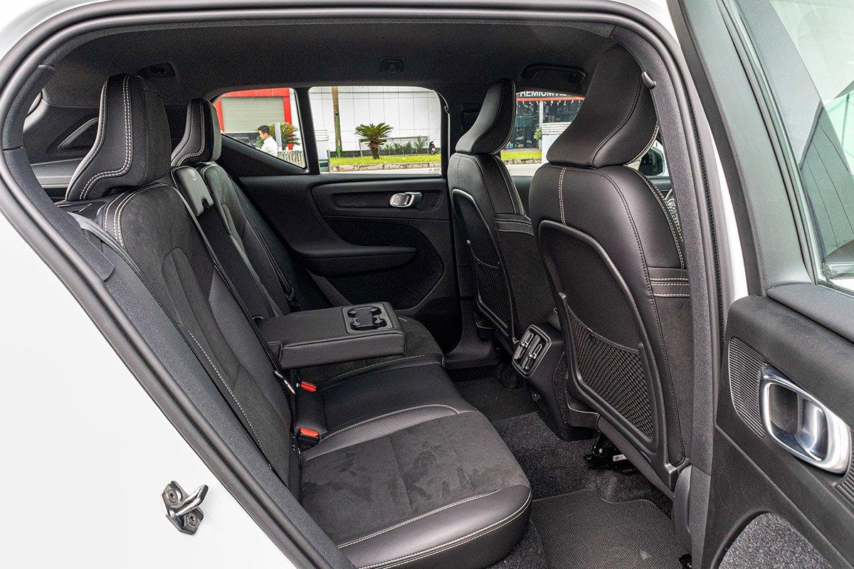 Dù kích thước nhỏ gọn nhưng không gian hàng ghế sau của Volvo XC40 2019 vẫn đảm bảo sự rộng rãi.