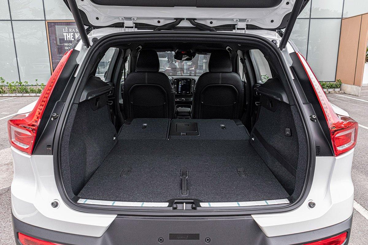 Gập hàng ghế sau xuống, không gian chở đồ của Volvo XC40 2019 sẽ lên 1,336 lít.