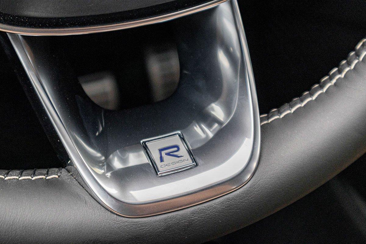 Biểu tượng R-Design xuất hiện ở đáy vô-lăng Volvo XC40 2019.