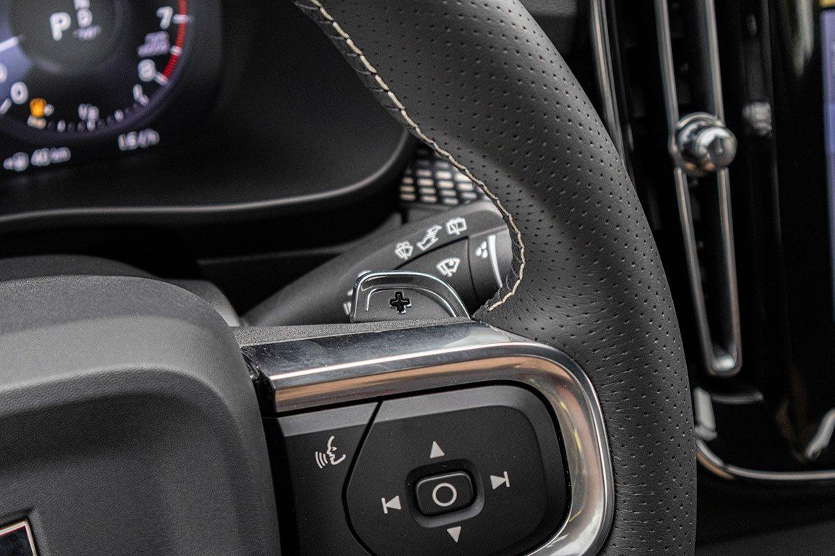 Lẫy chuyển số trên vô-lăng của Volvo XC40 2019.