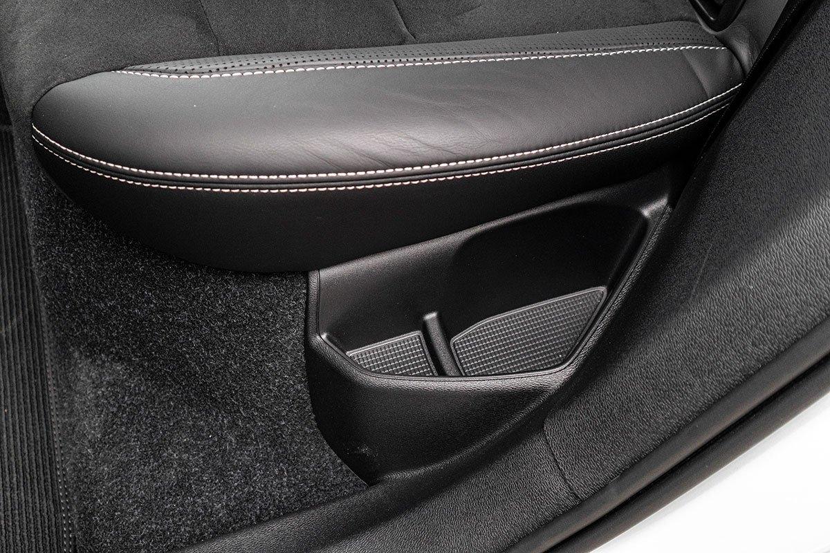 Hốc chứa đồ dưới ghế sau của Volvo XC40 2019.