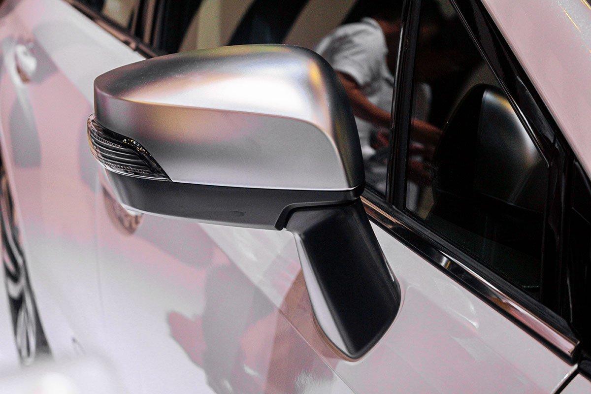 Subaru Levorg 2020 tại Việt Nam sở hữu gương chiếu hậu gập điện tích hợp đèn báo rẽ LED.