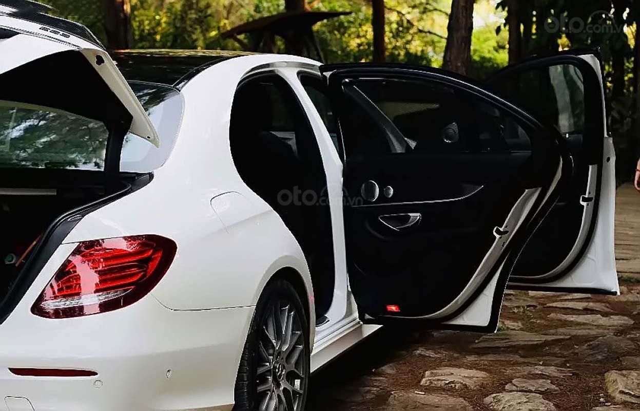 Bán Mercedes E300 AMG 2017, màu trắng, chính chủ (2)