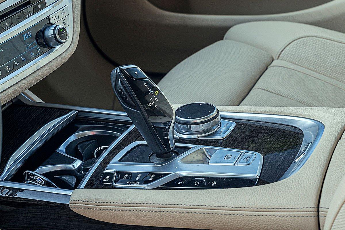 Đánh giá xe BMW 730Li 2019: Hộp số tự động 8 cấp.