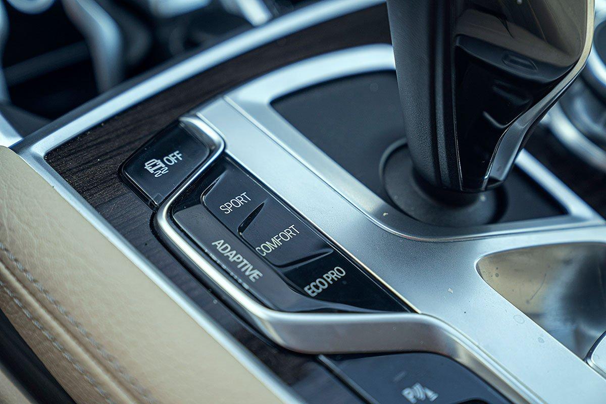 Đánh giá xe BMW 730Li 2019: xe được trang bị hệ thống treo thích ứng phù hợp với các chế độ vận hành khách nhau.