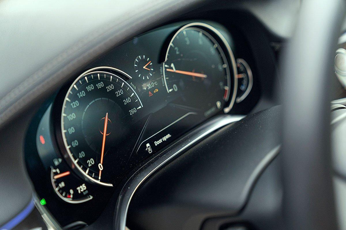 Đánh giá xe 730Li 2019: Bảng đồng hồ kỹ thuật số.
