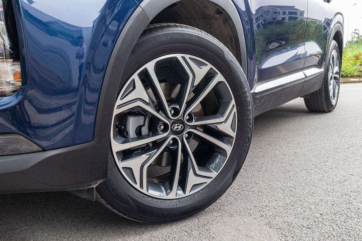 Đánh giá xe Hyundai Santa Fe 2019: La-zăng bản cao cấp.