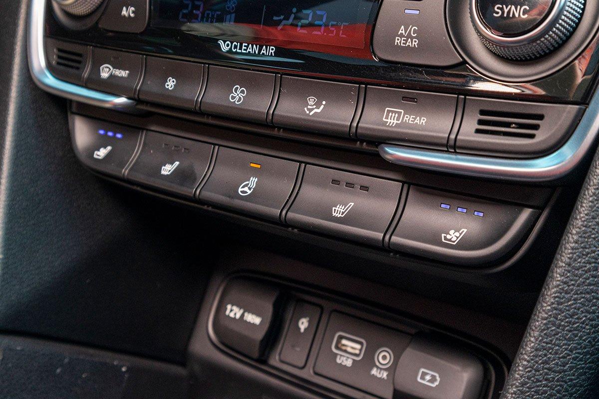 Đánh giá xe Hyundai Santa Fe 2019: Sấy và làm mát ghế trước.