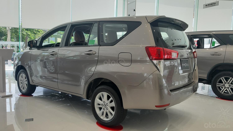 Hiroshima Tân Cảng - Cần bán xe Toyota Innova 2.0V sản xuất năm 2019, màu nâu (3)