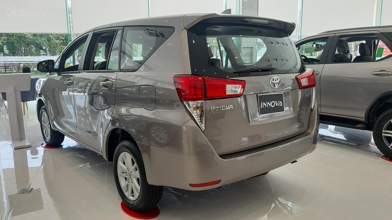Hiroshima Tân Cảng - Cần bán xe Toyota Innova 2.0V sản xuất năm 2019, màu nâu (4)
