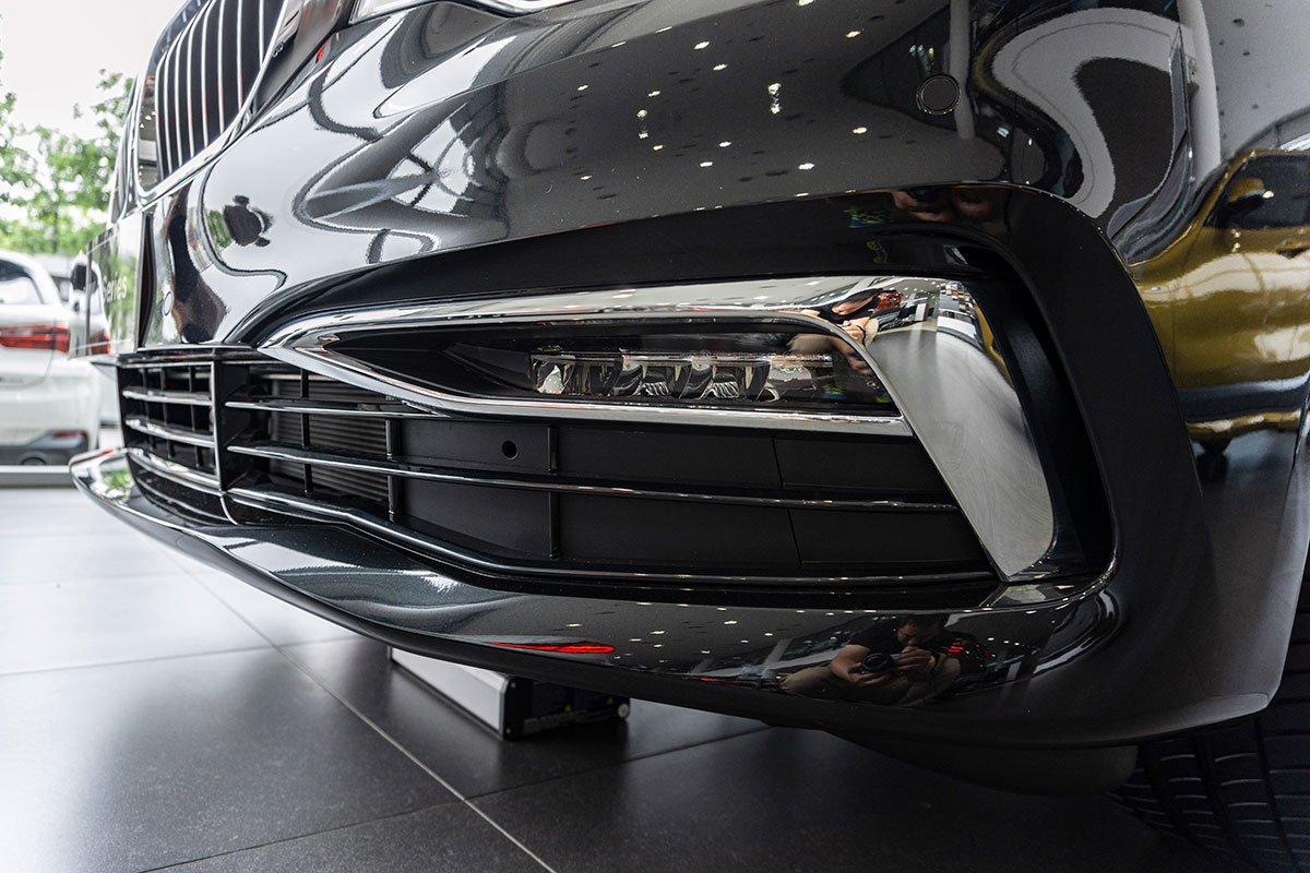 Đánh giá xe BMW 530i 2019: Cản dưới tích hợp đèn sương mù LED và chi tiết trang trí mạ crôm nằm trong gói X-Line.