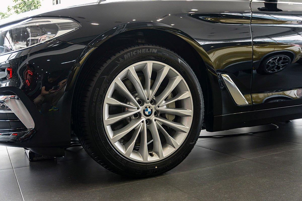 Đánh giá xe BMW 530i 2019: La-zăng đa chấu 18 inch.