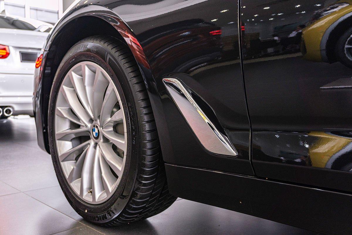 Đánh giá xe BMW 530i 2019: Khe thoát gió dạng mang cá.