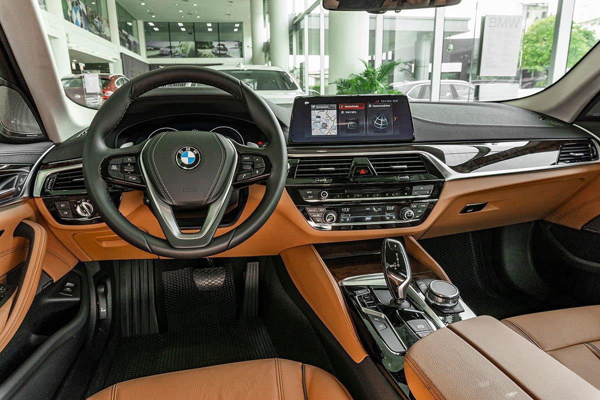 Đánh giá xe BMW 530i 2019: Khoang lái được thiết kế mới.