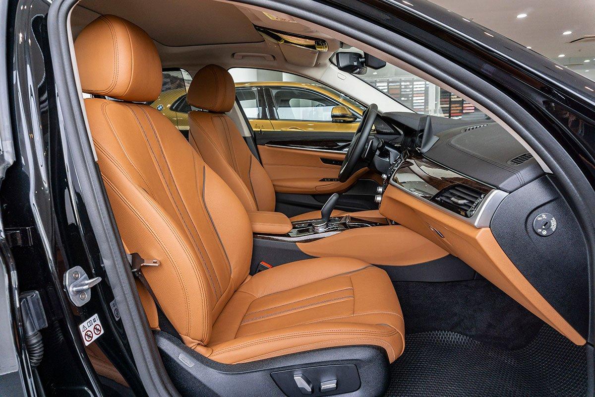 Đánh giá xe BMW 530i 2019: Mặc dù là mẫu xe dành cho người ngồi sau nhưng ghế trước vẫn được thiết kế theo phong cách thể thao.