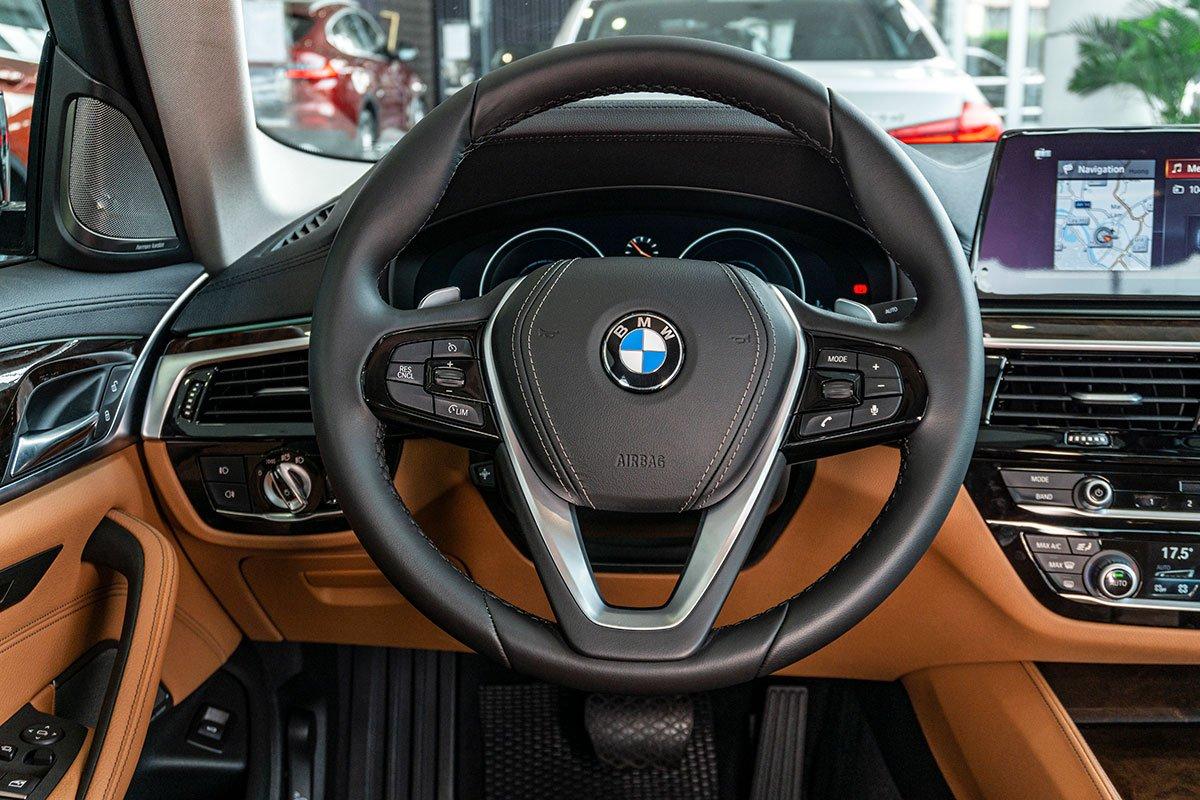 Đánh giá xe BMW 530i 2019: Vô-lăng được thiết mới gọn gàng hơn.