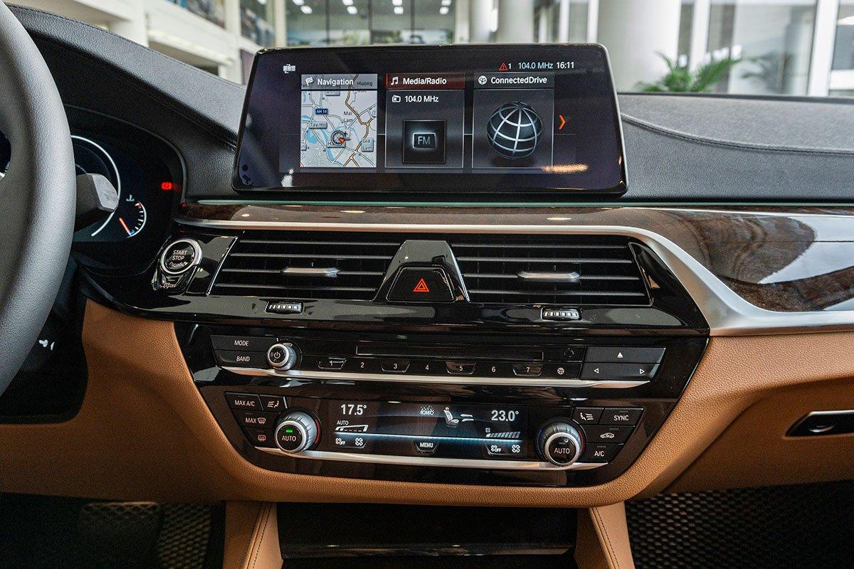 Đánh giá xe BMW 530i 2019: Hệ thống giải trí với màn hình nổi cỡ lớn 12,3 inch có độ phân giải cao.