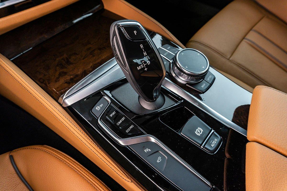 Đánh giá xe BMW 530i 2019: Hộp số tự động 8 cấp Steptronic.