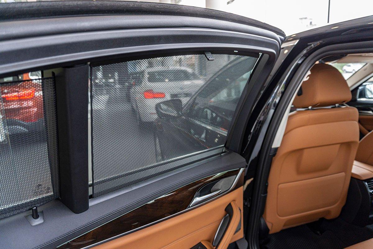 Đánh giá xe BMW 530i 2019: Rèm che nắng cho hàng ghế sau.