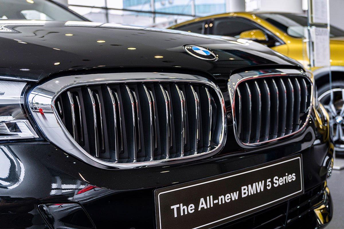 Đánh giá xe BMW 530i 2019: Lưới tản nhiệt đóng mở chủ động.