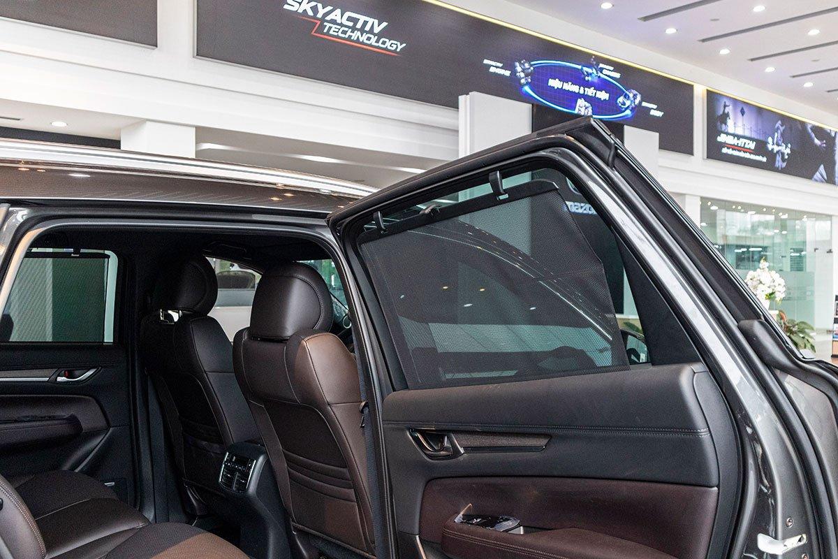 Đánh giá xe Mazda CX-8 2019: Rèm che nắng cho hàng ghế thứ 2.