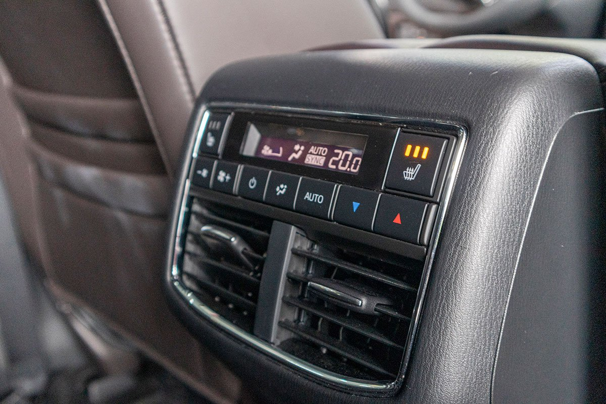 Đánh giá xe Mazda CX-8 2019: Điều hoà độc lập cho hàng ghế ghế thứ 2 kèm tính năng sấy ghế.