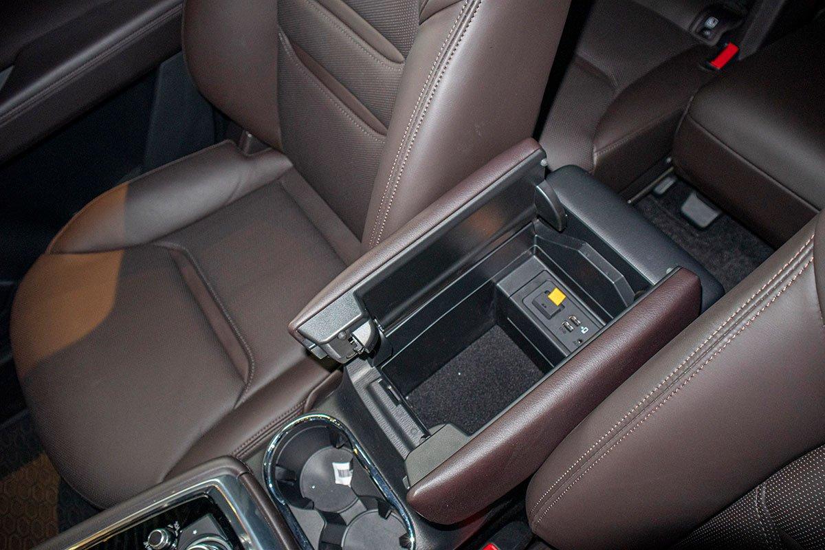 Đánh giá xe Mazda CX-8 2019: Cổng kết nối tích hợp trong bệ tỳ tay phía trước.