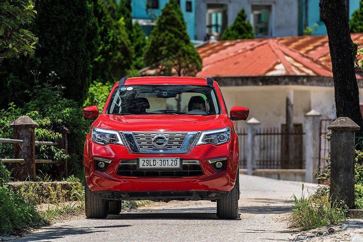 Đánh giá xe Nissan Terra 2019: Đầu xe thể hiện sự cứng cáp khoẻ khoắn.