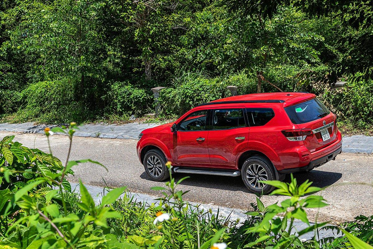Đánh giá xe Nissan Terra 2019 về thiết kế đuôi xe a1