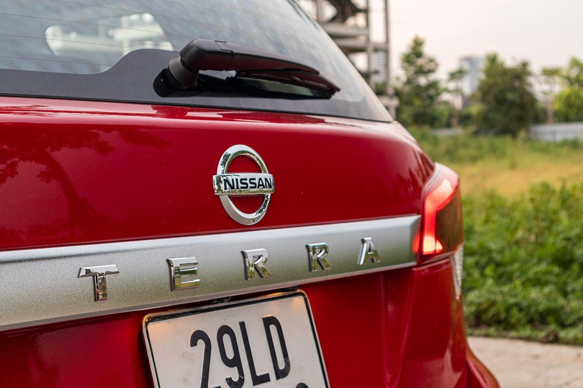 Đánh giá xe Nissan Terra 2019: Đuôi xe được hình thành từ những đường nét đơn giản nhưng đậm nam tính 1