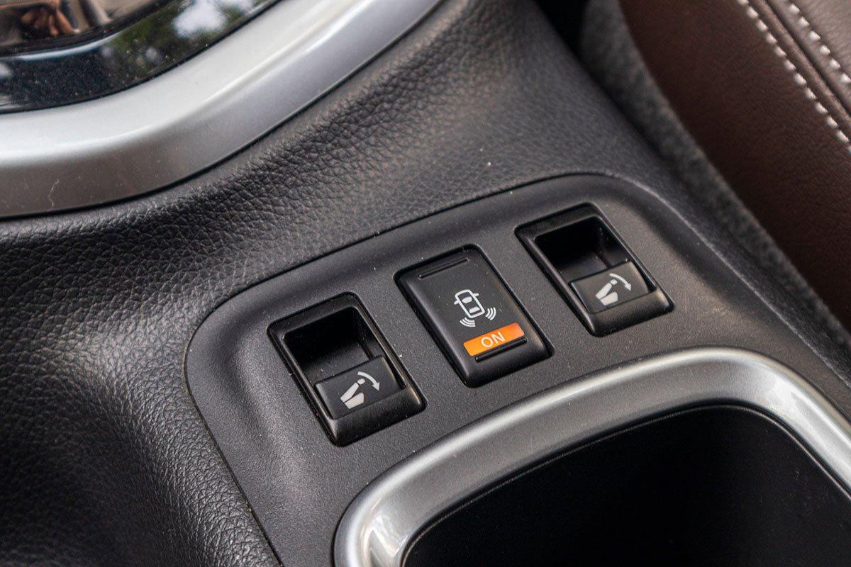 Đánh giá xe Nissan Terra 2019: Gập hàng ghế thứ 2 bằng nút bấm.