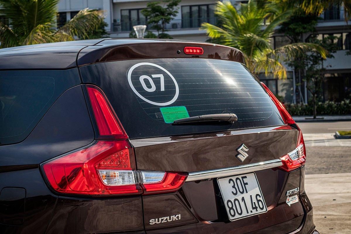 Đánh giá xe Suzuki Ertiga 2019: Cụm đèn hậu được thiết kế dạng chữ L khá giống với thiết kế của Honda CR-V.
