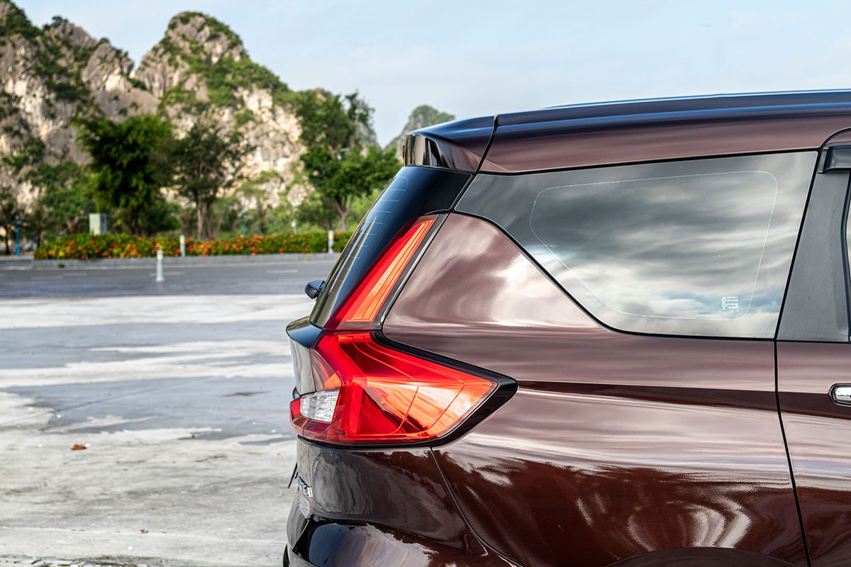 Đánh giá xe Suzuki Ertiga 2019: Trụ D được sơn đen.
