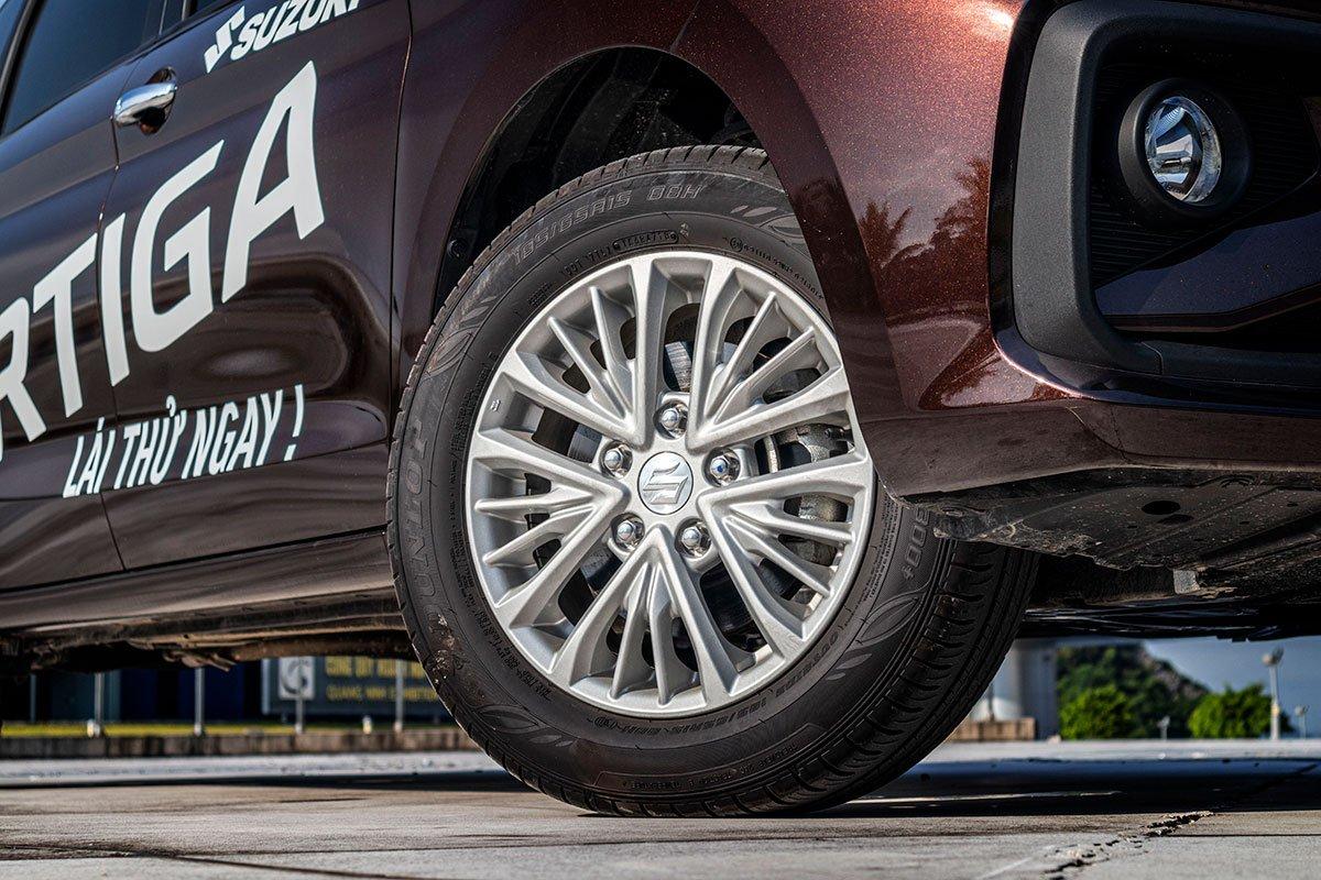 Đánh giá xe Suzuki Ertiga 2019: La-zăng 15 inch với thiết kế dạng đa chấu.