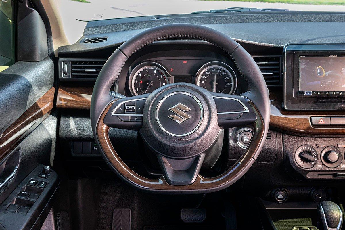Đánh giá xe Suzuki Ertiga 2019: Vô-lăng dạng D Cut giống như Suzuki Swift.