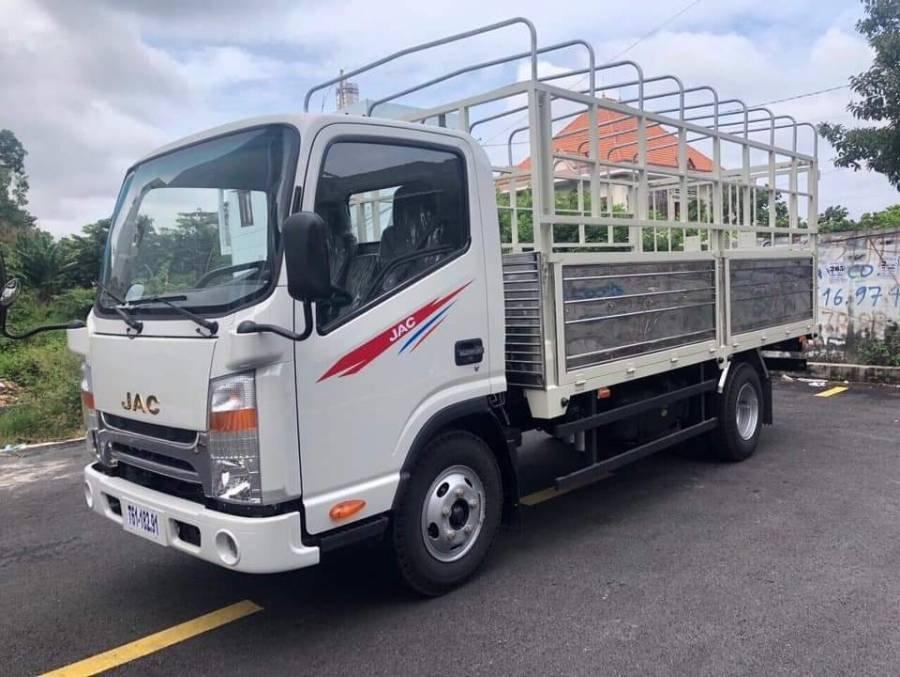 Cần bán xe JAC HFC N200 sản xuất 2019, màu trắng, thùng bạt, giá tốt (1)