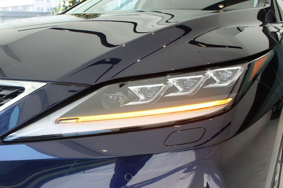 Ảnh chụp đèn pha LED Lexus RX350 2020