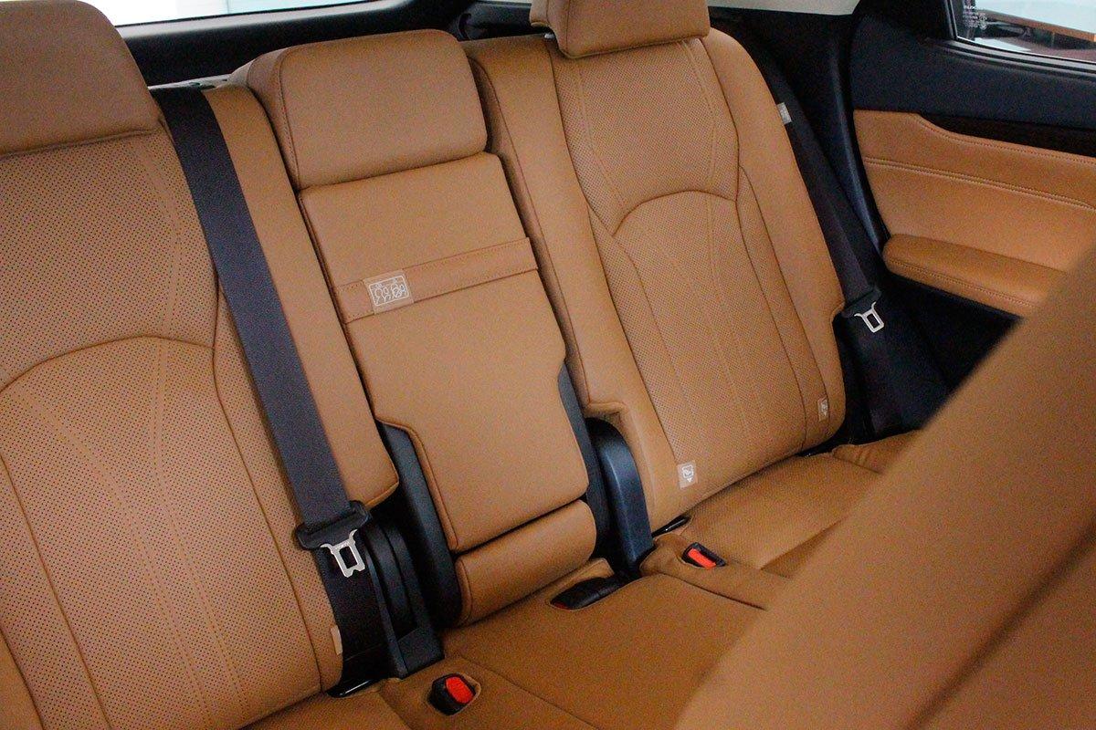 Ảnh chụp ghế sau xe Lexus RX350 2020: