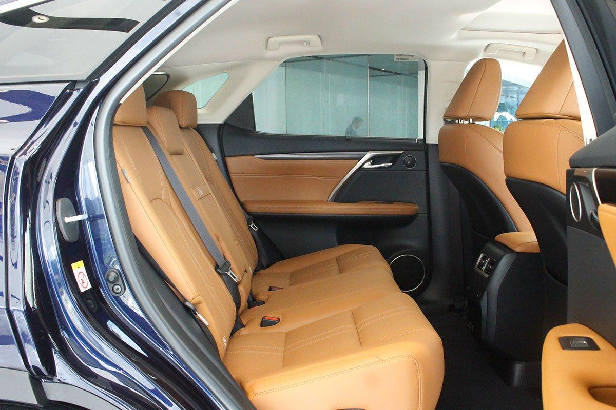 Ảnh chụp hàng ghế thứ 2 xe Lexus RX350 2020: