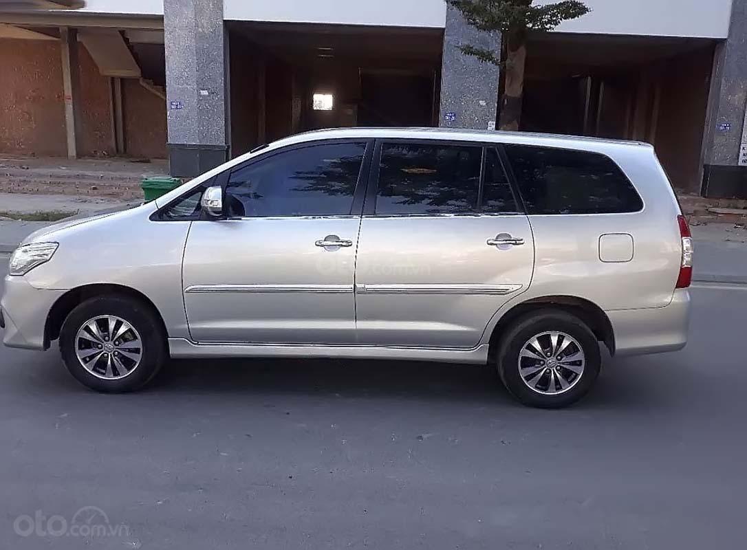 Cần bán lại xe Toyota Innova đời 2015, màu bạc số sàn giá cạnh tranh xe còn mới lắm (2)