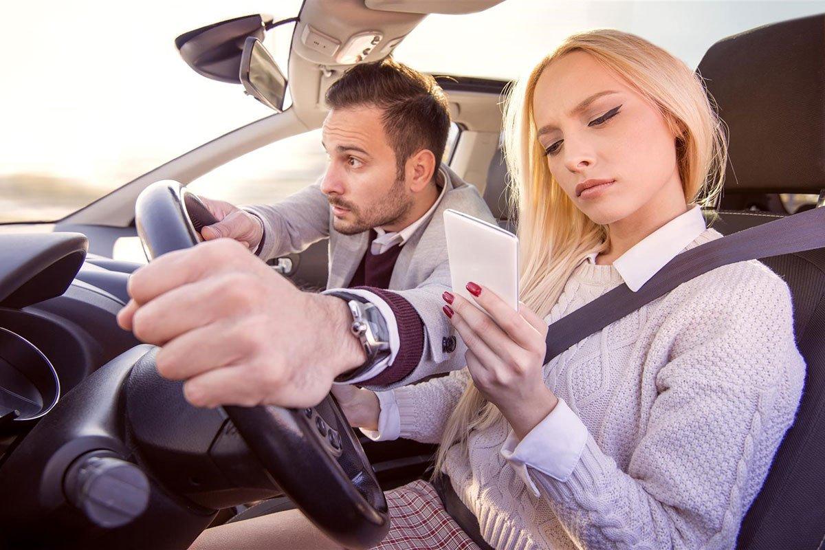 Hành động nhắn tin khi lái xe lại chưa phải là phổ biến nhất.