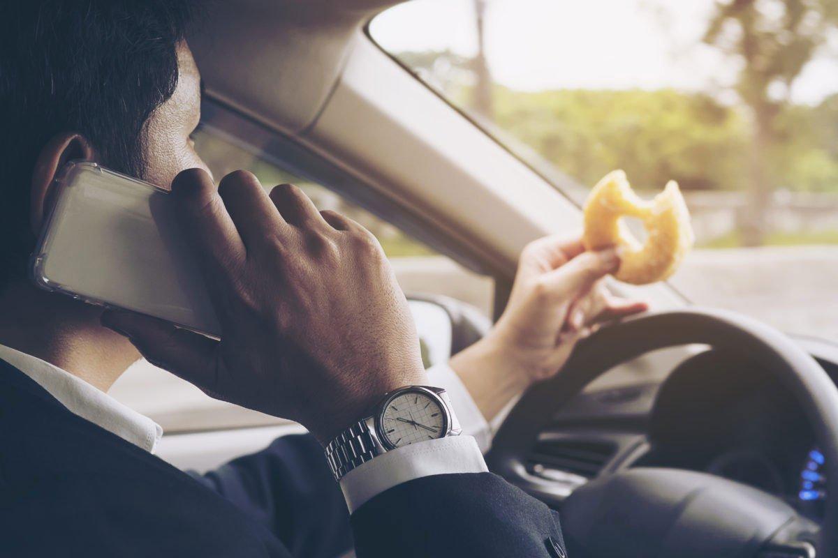 Hành vi ăn uống khi lái xe.